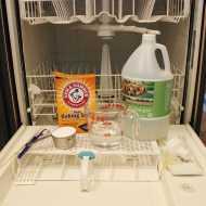 تنظيف غسالة الاطباق باستخدام الخل وكربونات الصودا